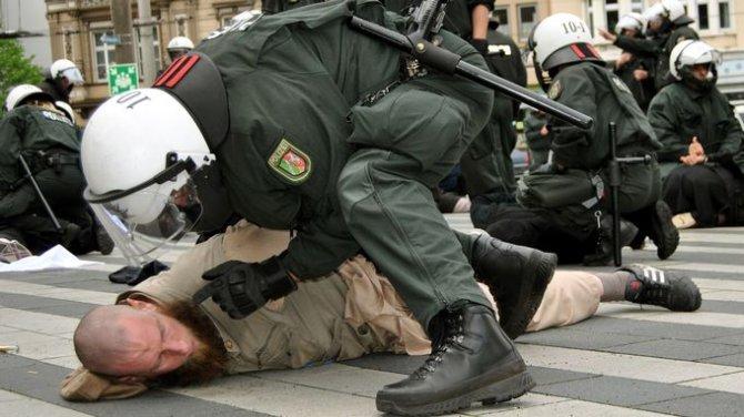Шокирующие кадры: арест в Берлине редакции Gazeta.ru