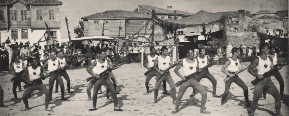 Нормальный спорт должен выглядеть так (тренировка личного состава влагере Белой армии вГаллиполи).