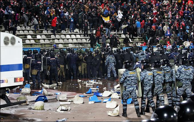 1383157930_b_fanaty-spartaka-slomali-desjatki-kresel-na-jaroslavskom-stadione