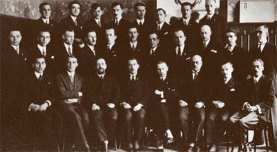 Учредительный съезд ОУН. Коновалец— поцентру внижнем ряду.