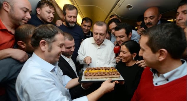 erdogan_ucakta_sorulari_yanitladi_h21195