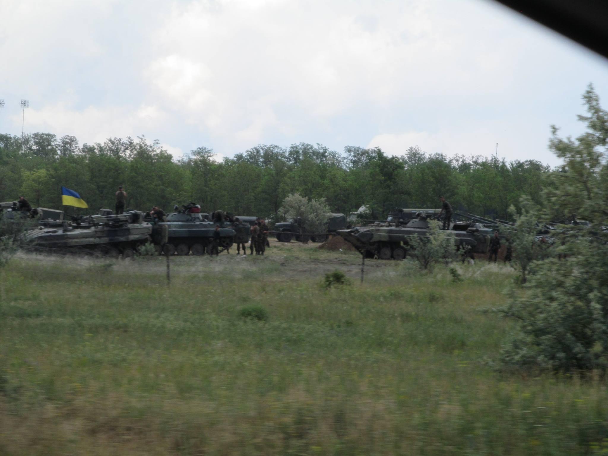 Скопление бронетехники воткрытом поле. Один налет российской авиации— ився «броня» уничтожена.