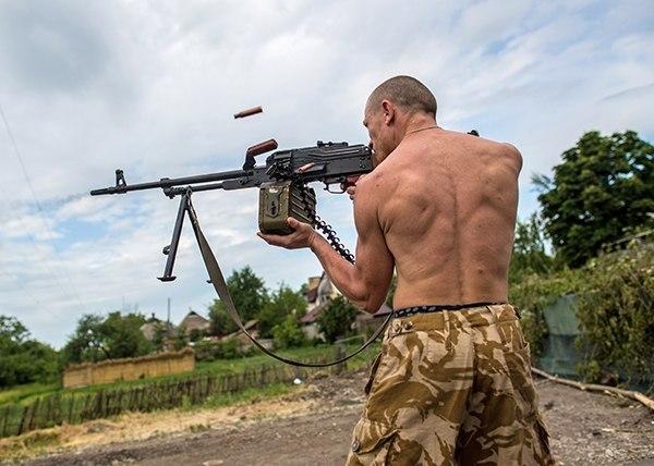 И в качестве финального штриха - фото русского повстанца во время боя за донецкий аэропорт. Именно его, помысли «Порошенко иМазепы», разгонят и покарают голодные западенские колгозники