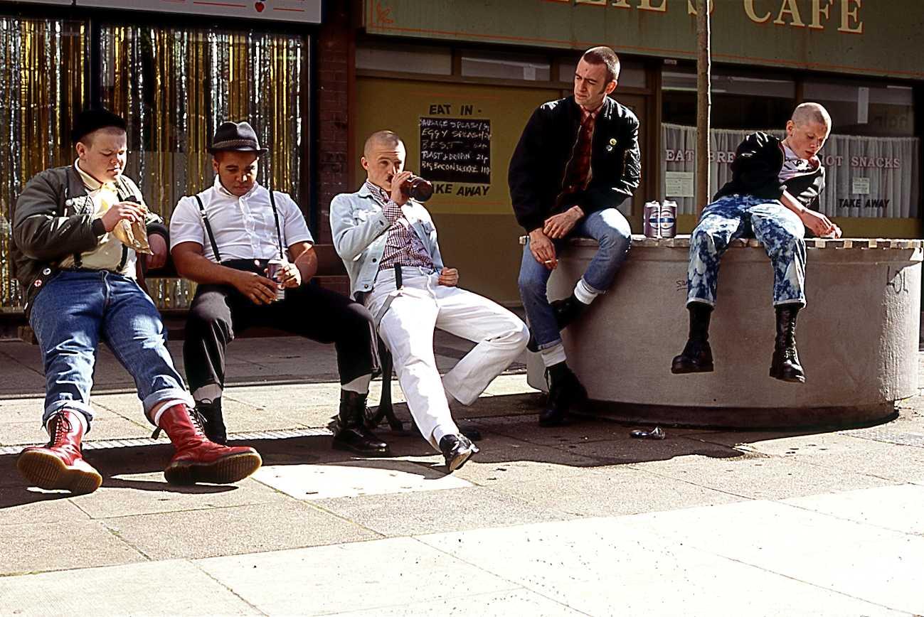 This is England, действие разворачивается в 1983 году. Стиль английских отбросов и деградантов до начала 2000-х использовался русскими скинами и футбольными фанатами, многие из которых учились в приличных институтах (а первая фанатская группировка возникла на базе студентов МГУ (!).