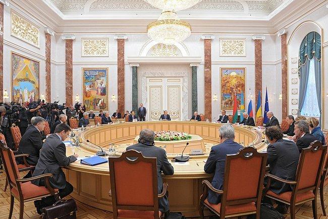 Сделавшая этот снимок Мария Антонова из Агенства Франс-Пресс отметила, что Путин и Порошенко расселись за километр друг от друга