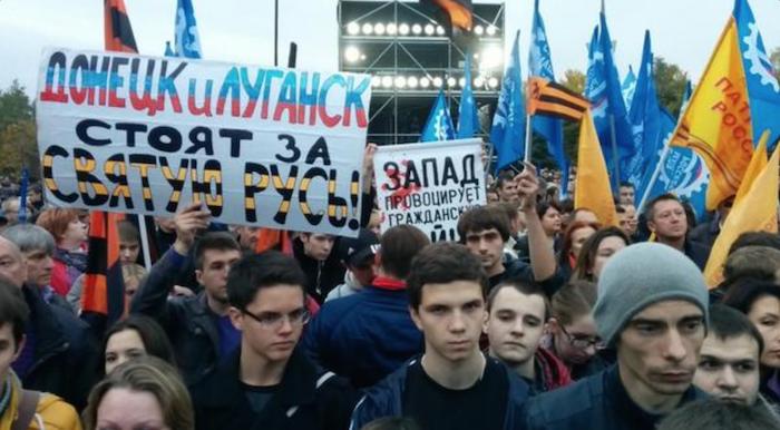 Плакат про Святую Русь явно самодельный и организаторами не предусматривавшийся.