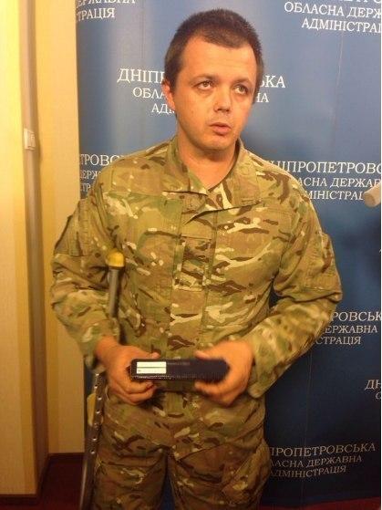 Семен Семенченко, легендарный командир батальона «Донбасс», потерявший уже его третий (!!!) состав под крики про предательство вверхах. Представляет собой часть силы в10000 бойцов-националистов Нацгвардии идобровольческих батальонов МВД, для которых любые компромиссы с«колорадами» неприемлемы. Аналогом Семенченко является легендарный сотник сМайдана, после договора сЯнуковичем заявивший, что никаких компромиссов непризнает ипойдет сутра наштурм правительственного квартала.