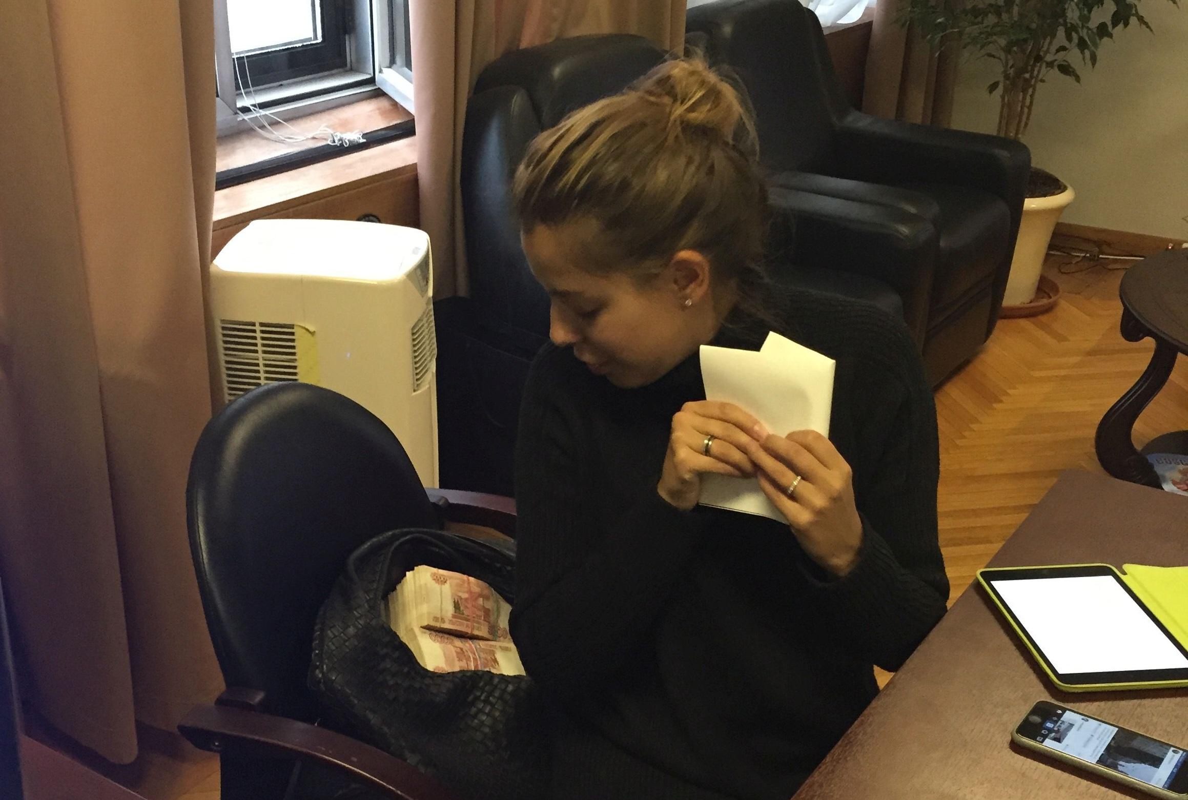Кристина Потупчик в офисе Тимура Прокопенко с примерно 15 миллионами рублей налом, выданных для запутинского троллинга в соцсетях. Уважаемые рабочие «Уралвагонзавода», пожалуйста, опишите ваши ощущения отэтой фотографии.