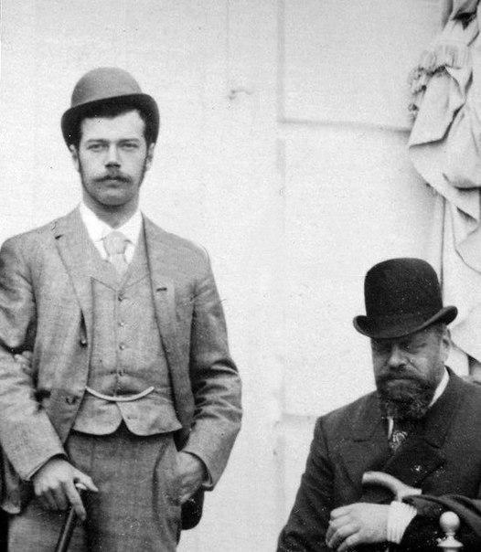 Редкое фото Николая II с Александром III. В переводе на нынешние деньги, наследник престола одет как модный хипстер, не пытаясь изображать из себя всеохватывающий ужас Сталина или шпионскую непроницаемость Путина.