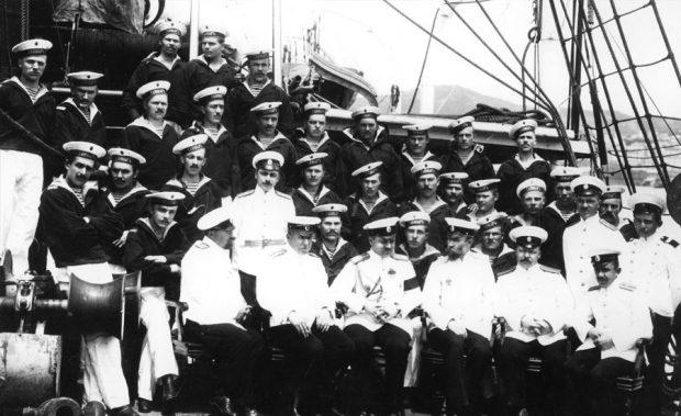 «Таймыр». В первом ряду офицеров третий слева сидит Вилькицкий