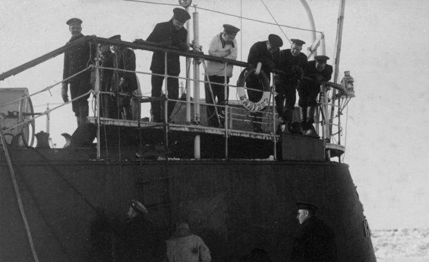 Освобождение ото льда корпуса «Вайгача»